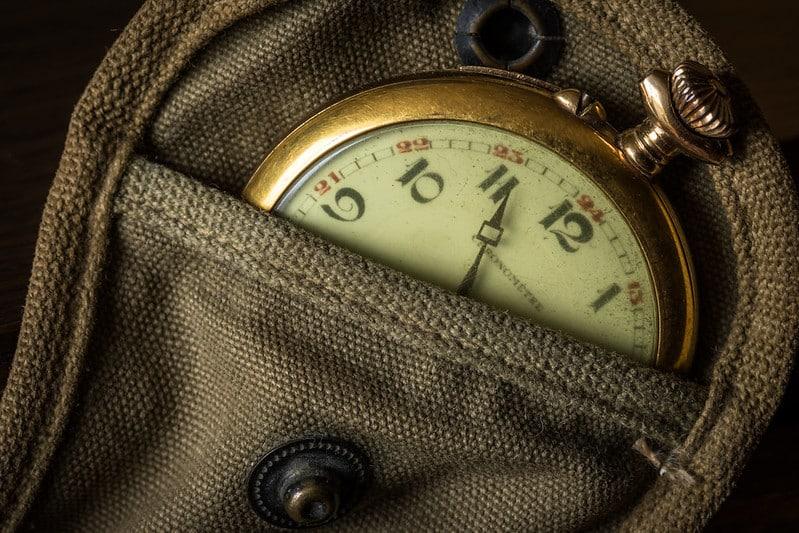 Image d'une montre à gousset dans une poche